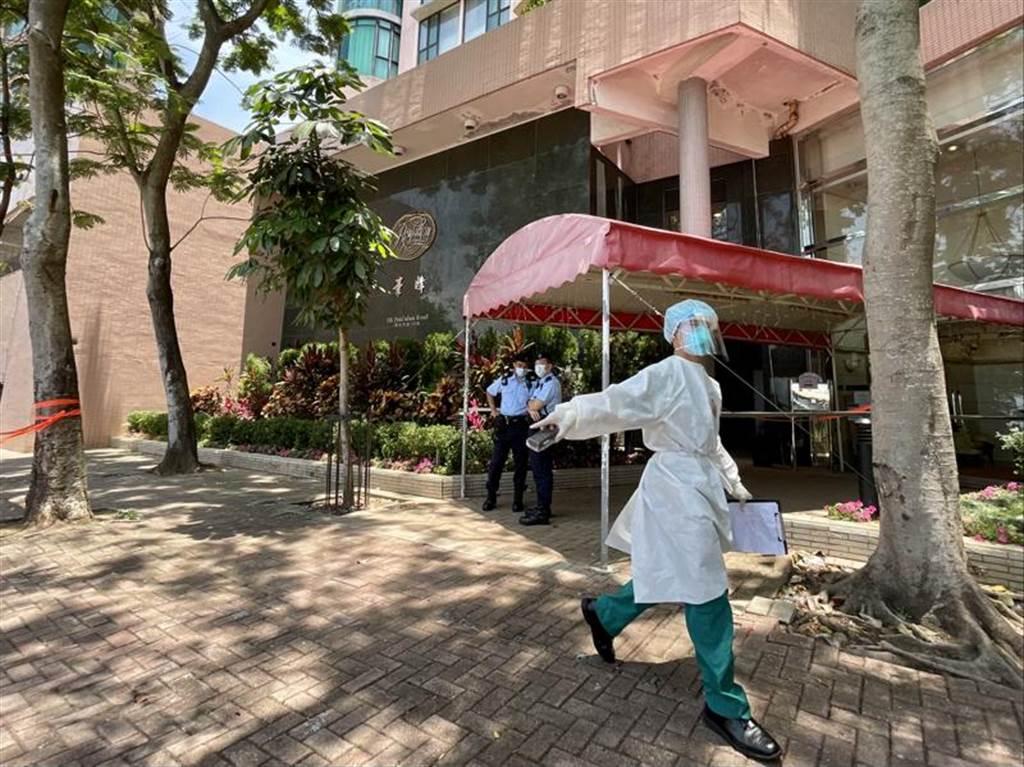 香港南區毫宅薄扶林豪峰有菲傭感染N501Y變種病毒株,港府衛生署陸續安排車輛接送該座無病徵的住戶前往檢疫中心進行21天強制檢疫。(圖/中新社)