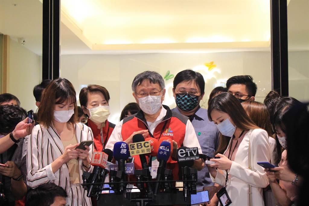 台北市長柯文哲今晚視察北市防疫旅館。(黃婉婷攝)