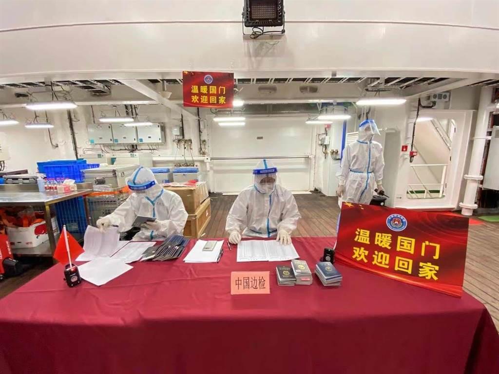 上海邊檢協助雪龍2號乘員通關 。(澎湃新聞╱上海邊檢供圖)