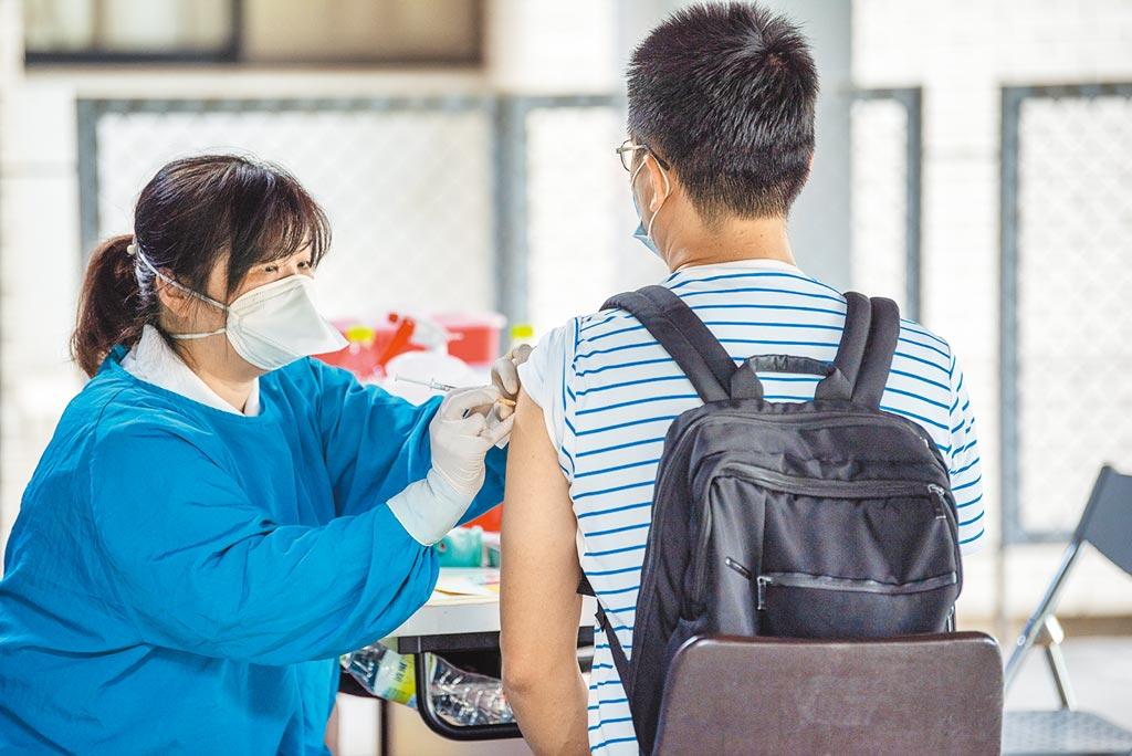 台灣有19.9萬劑AZ疫苗將在5月底到期,專家指出,距離月底還有22個工作日,一天至少要接種8000多人,否則屆時會有近8萬劑逾期報廢。(本報資料照片)