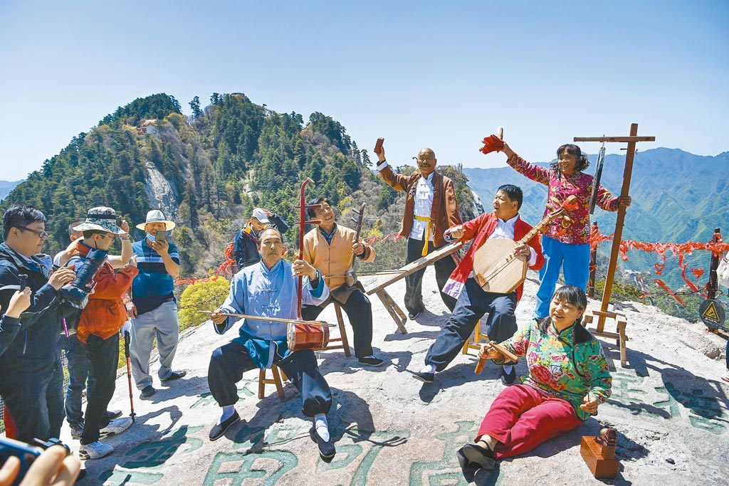 2021年大陸五一假期結束,累計國內旅遊出遊2.67億人次。圖為5日華山景區西峰索道「華陰老腔團」在為遊客表演。(新華社)