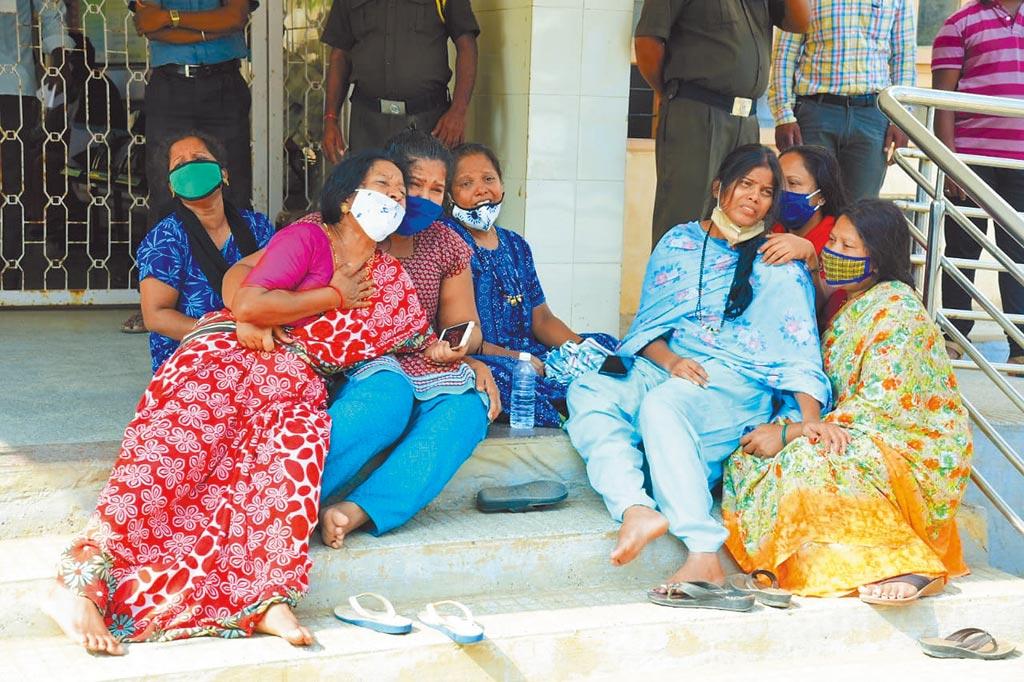 印度的嚴重疫情,衝擊大陸在當地的手機廠產能。圖為因新冠疫情失去親人的印度民眾神色悲傷。(新華社)