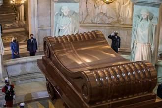 拿破崙逝世200週年 法國總統馬克宏獻花致敬
