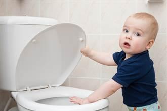 2歲兒幫忙刷馬桶好感動 媽見工具眼神死:希望是第一次
