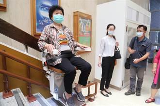 企業捐樓梯升降椅給文化中心 造福行動不便者