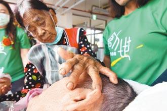 88歲蘭嶼媽愛與淚 跨海探植物人兒