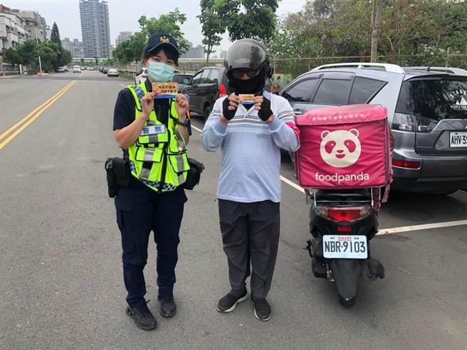 中市警四分局為防制美食外送交通事故,特製作「外送不搶快、美食不意外」之宣導小卡,發送給熱門外送餐廳業者及外送員。(警方提供/陳世宗台中傳真)