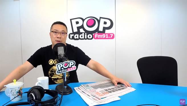 「宅神」朱學恒代班主持黃暐瀚的廣播節目。(圖/摘自POP撞新聞YouTube)