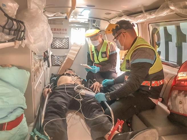 彰化縣消防局從2019年底率全國之先,在42輛救護車上全面配置12導程心電圖機,針對疑似急性心肌梗塞的患者,立即施作心電圖,透過LINE上傳24小時待命的線上醫師判讀群組。(彰化縣消防局提供/吳敏菁彰化傳真)