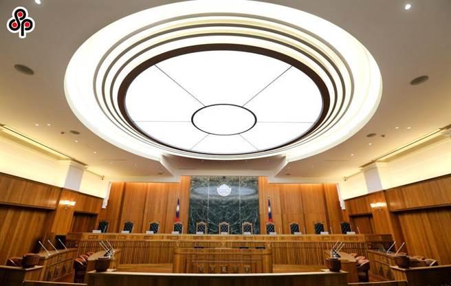 前高雄市殡葬课长收贿120万元包庇违法墓园  要关6年6月确定。(本报资料照片)