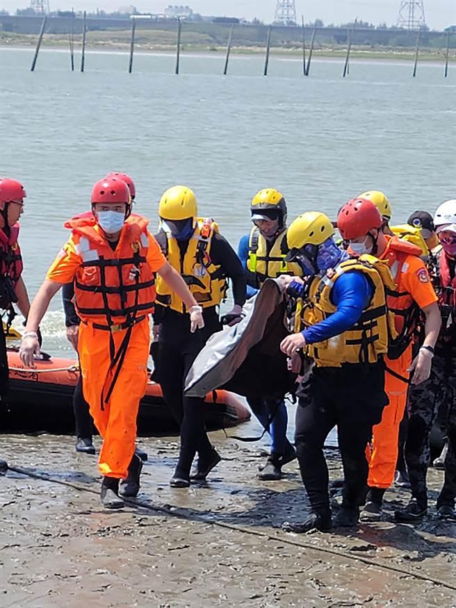 經過3日搜索,搜救人員6日上午在中彰大橋上游近彰化岸邊處發現張父遺體。(民眾提供/黃國峰台中傳真)
