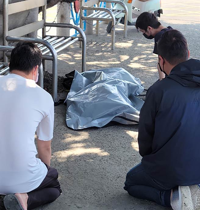 經過3日搜索,搜救人員6日上午在中彰大橋上游近彰化岸邊處發現張父遺體,家屬到場哀痛祭拜。(民眾提供/黃國峰台中傳真)