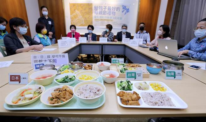 「學校供餐法推動平台」6日召開記者會,催生學校供餐專法,建議我國可以借鏡飲食型態、教育體制、文化風俗相近的日本及韓國,訂定《學校給食法》管理學校供餐。(黃世麒攝)