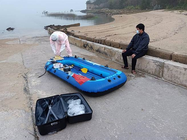 金門5月4日凌晨4時50分在三獅山海岸查獲1名划無動力橡皮艇偷渡上岸,企圖摸黑闖關的陸籍人士。(海巡署提供)