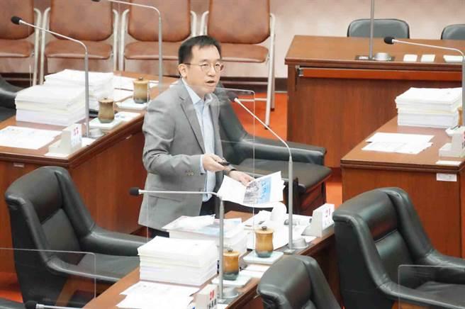 市議員陳致中今(6)日質詢,台積電投資高雄有無具體進度。(柯宗緯攝)