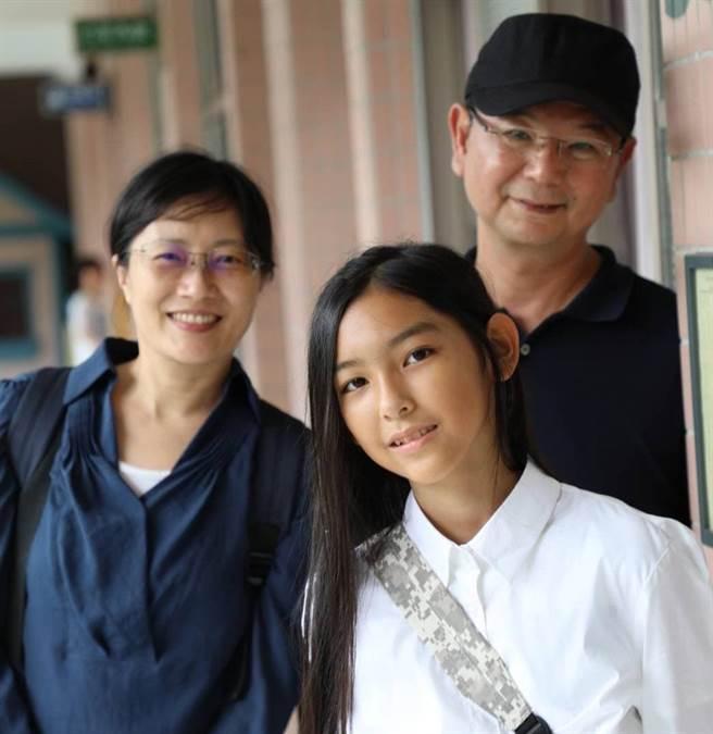 製作人李志薔(右)與導演蔡銀娟(左)為了拍攝職人劇,長時間蹲點田調。(圖/公視、myVideo提供)