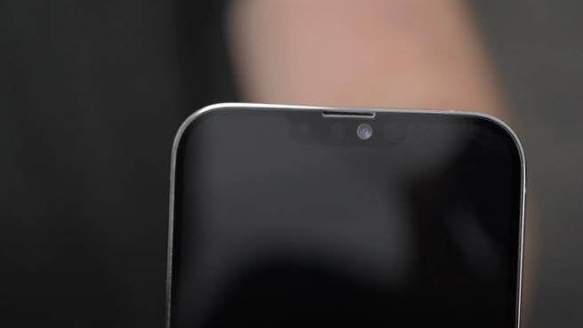 YouTube「Unbox Therapy」頻道分享iPhone 13 Pro Max模型機,「瀏海」(TrueDepth相機)明顯縮小。(摘自YouTube)