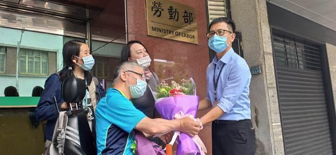 台灣國際勞工暨雇主和諧促進協會常務監事陳靜儀今天至勞動部獻花。(林良齊攝)
