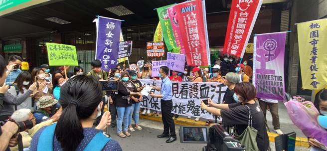 引發移工團體不滿,今天赴勞動部抗議。(林良齊攝)