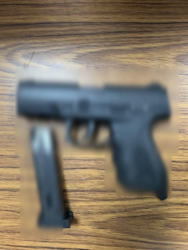 警方查獲作案槍枝,其中一把膛炸。(翻攝照片/莊旻靜新竹傳真)