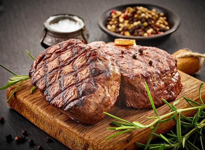 熟女客人點全熟牛排還對廚師說「愛吃大又硬」。(示意圖,達志影像/shutterstock)