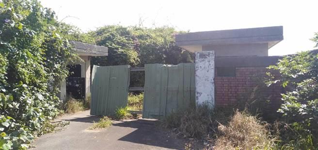 桃園市大園區一處廢棄營區因無人管轄,淪為生存遊戲的場所。(姜霏攝)