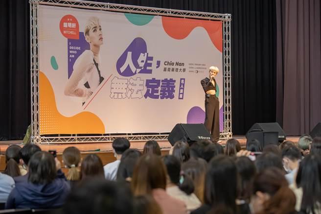 鍾明軒上週受邀到校園舉辦講唱會。(華納提供)