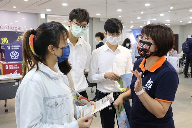 北醫大學生發揮創新精神,透過線上直播及上網投遞履歷,提供就業機會。(圖/臺北醫學大學提供)