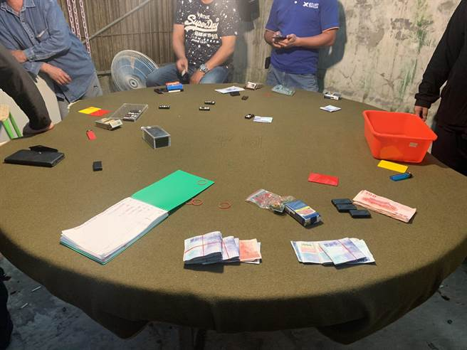金山分局破獲職業天九牌賭場。(王揚傑翻攝)