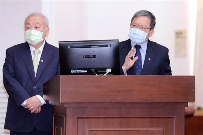 財政部長蘇建榮(右)、主計長朱澤民(左)6日在立法院備詢。(黃世麒攝)