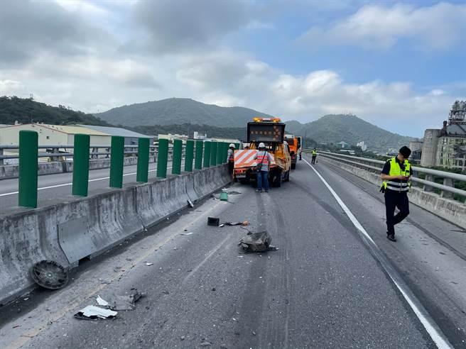 一輛砂石車與一輛道路工程車在蘇花改發生追撞,造成2人OHCA、1人輕傷。(宜蘭縣政府消防局提供/胡健森宜蘭傳真)