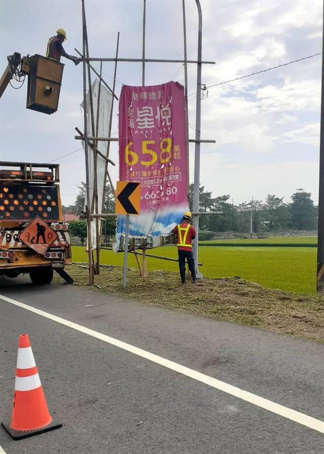 雲林縣府工務處最近加強拆除幹道旁的廣告看板,圖為145縣道。(雲林縣府提供)