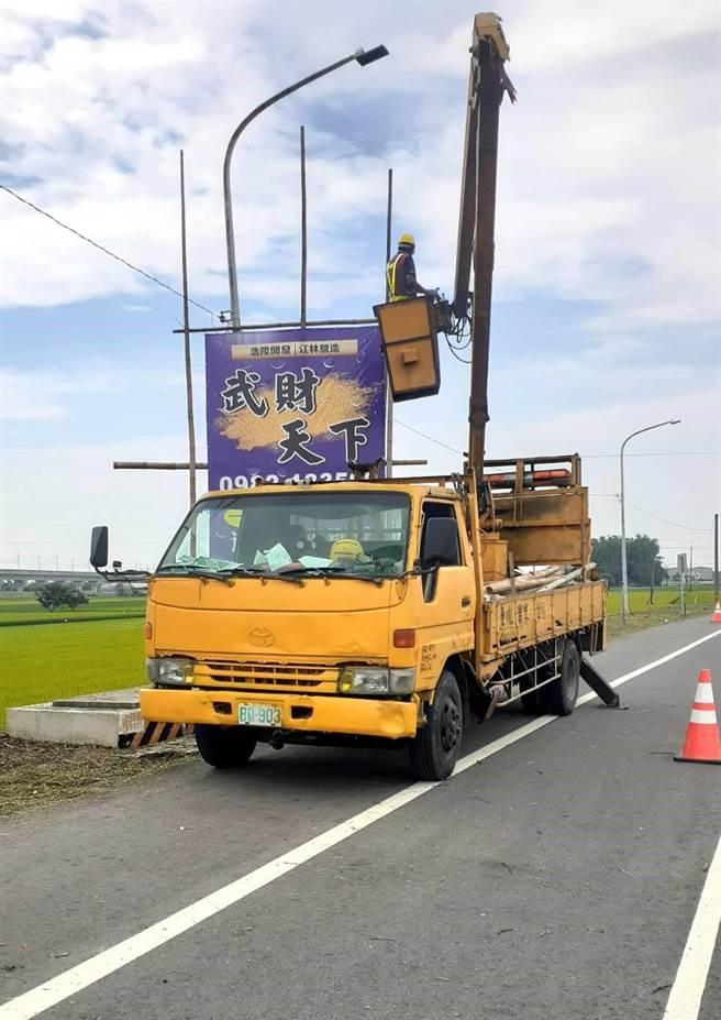 雲林縣府工務處最近加強拆除幹道旁的廣告看板,看到就拆。(雲林縣府提供)