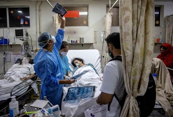 26歲的阿格瓦爾(Rohan Aggarwal)是印度新德里神聖家庭醫院的住院醫師,一次值班時間長達27小時。(圖/路透社)