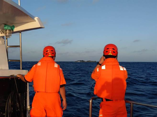 琉球籍「漁順昇168號」漁船昨(5)日晚間10時傳出觸礁在鵝鑾鼻西南方海域8.3浬處,船上4人至今尚未尋獲。(海巡署提供)