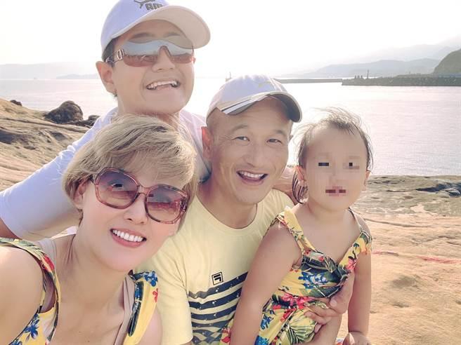 李沛綾和老公組成一家四口幸福家庭。(圖/FB@李沛綾)