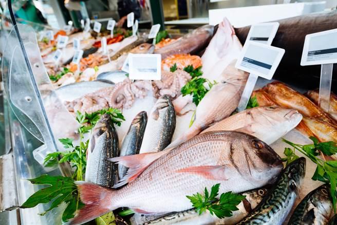 大陸一名男子上市場買魚,卻發現一條魚的腹部異常腫脹,請老闆剪開一看,裡面居然藏著一個完整的塑膠杯。(示意圖/達志影像)
