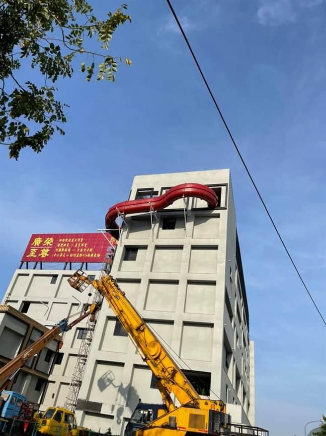 台中市某間摩鐵被民眾發現1個溜滑梯被設置在大樓7樓的「建築外」,提供旅客直接坐滑梯到大樓另一側的下1層樓。(圖/翻攝自臉書「路上觀察學院」)