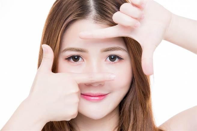 眼珠黑、鼻樑直、嘴角翹、兩眉濃密的人,是所謂的「貴人面相」。(示意圖/shutterstock)