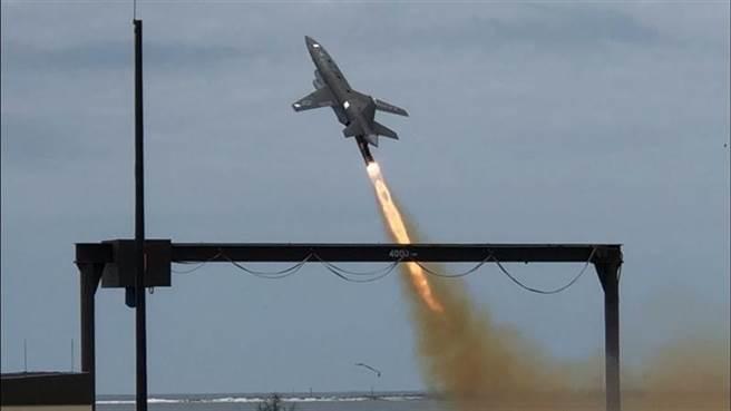 做為美空軍忠誠僚機「大腦」的空中博格AI系統,已在與UTAP-22的搭配下完成首飛。(圖/美國空軍)