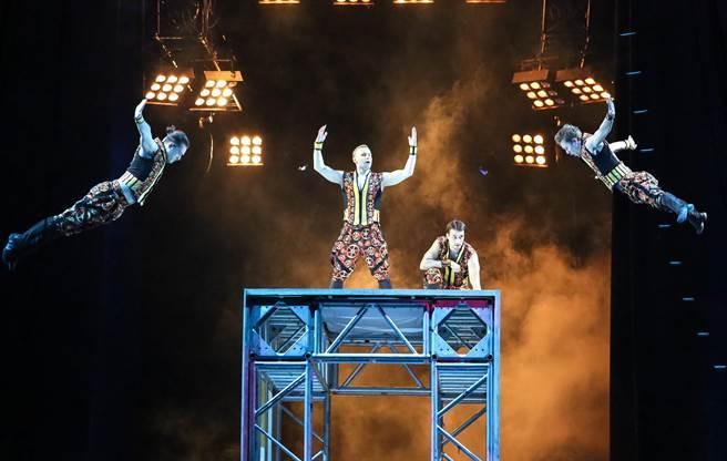 《美國大馬戲團LE GRAND CIRQUE》結合雜耍特技,包括空中飛人、死亡之輪、繩索特技等。(陳俊吉攝)