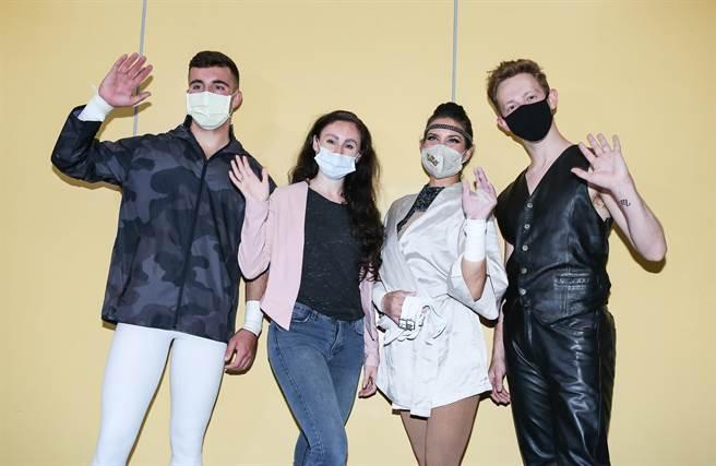 美國大馬戲團空中飛人提克(左起)、藝術總監泰勒、空中飛人艾普爾和舞者萊恩受訪。(陳俊吉攝)