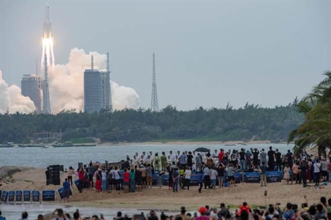 中國大陸的長征5號B運載火箭是在4月29日從海南發射升空,將天和核心艙送入軌道,預備建立太空站。其火箭殘骸預計將在8至10日跌落地面,全球太空監控單位正密切關注中。(圖/路透)