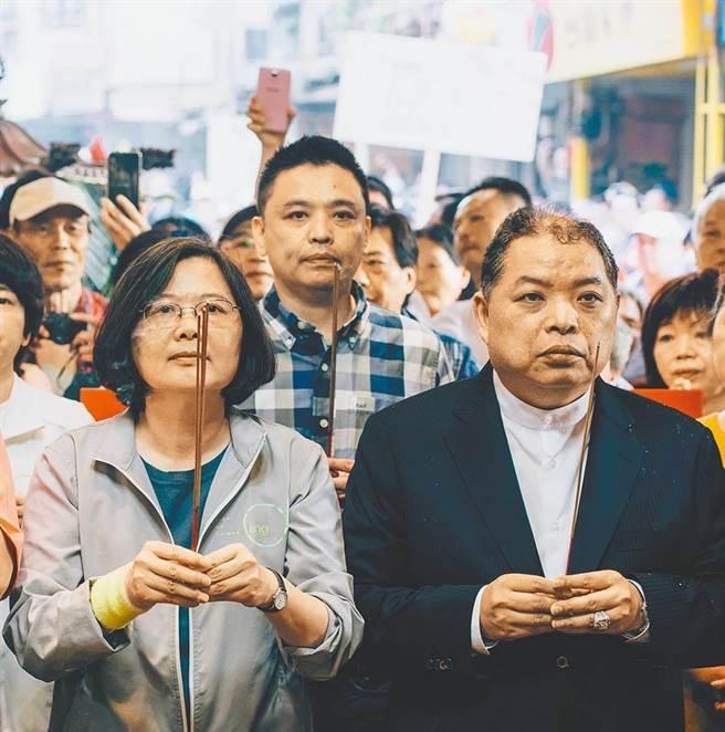 圖為2015年時任國策顧問的黃承國(右)與總統蔡英文至福德宮參拜。(本報資料照片)