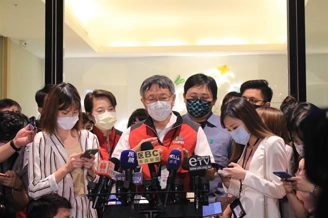 台北市长柯文哲今晚视察北市防疫旅馆。(黄婉婷摄)