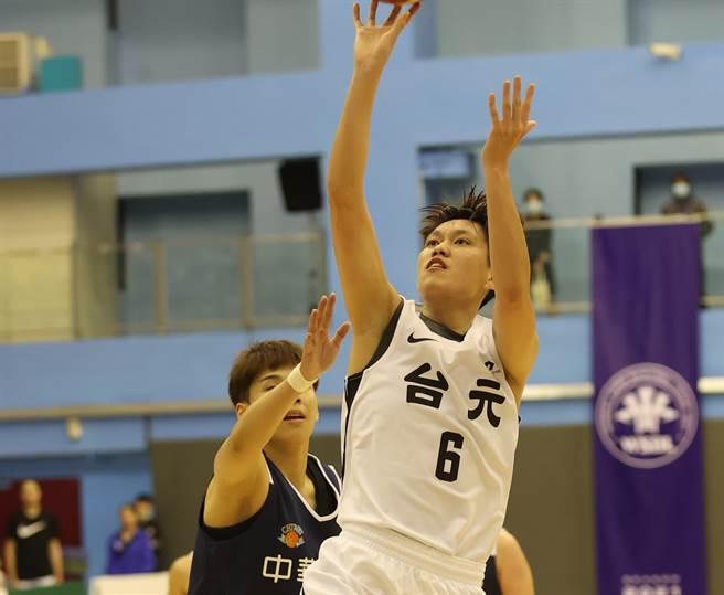 台元卓敬今天攻下16分、6籃板,助隊擊敗電信。(中華籃協提供)