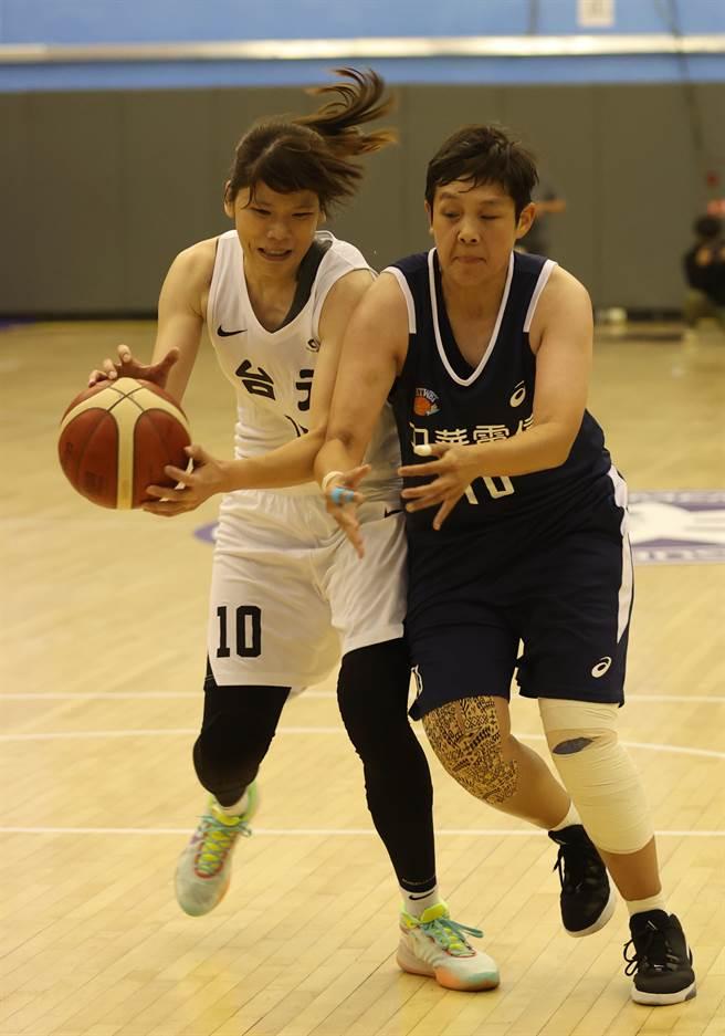 台元蔡佩真(左)和電信劉嘉瑋(右)激烈爭球。(中華籃協提供)