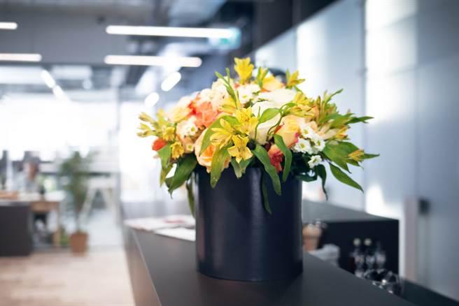 一名男子因不滿上司,竟在上司將升遷之際,公然送上一束寫滿壞話的花束,慘被控告誹謗。(示意圖/Shutterstock)
