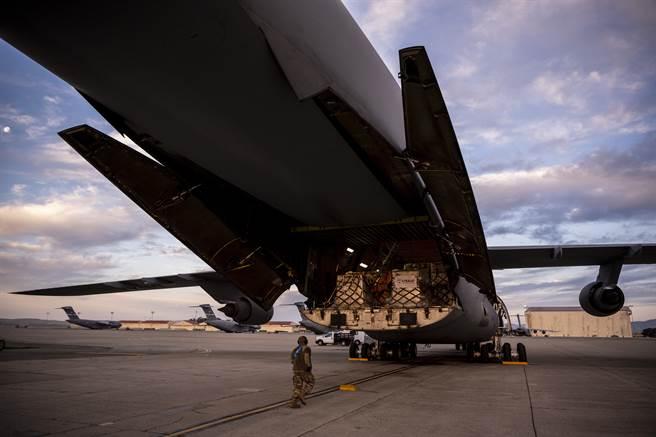 BBC指出,印度對外國救援物資的整理和分配過於緩慢,導致各地仍承受龐大壓力。圖為搭載救援物資、準備飛往印度的美軍C-5M運輸機。(圖/DVIDS)