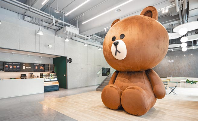 LINE新辦公室進駐了全球最大的熊大玩偶,高達4公尺,一針一線100%台灣純手工製造。圖/LINE提供
